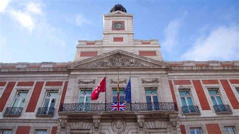 La bandera británica, con crespón negro, en la fachada de ...
