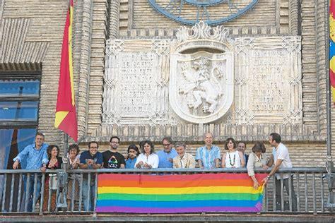 » La bandera del colectivo LGTBIQ ondea en el Ayuntamiento ...