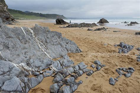La Costa de los Dinosaurios: acantilados, playas y museos ...