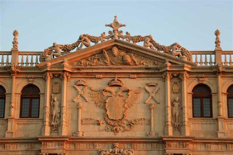 La fachada de la Universidad de Alcalá - Dream Alcalá