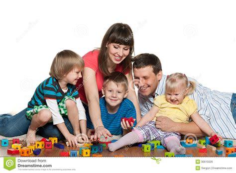 La Familia Está Jugando Con Los Niños En El Piso Foto de ...