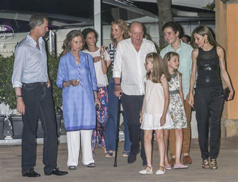 La Familia Real al completo con la infanta Elena y sus ...
