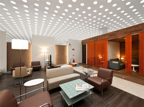 La iluminación de la oficina puede ser divertida y moderna ...