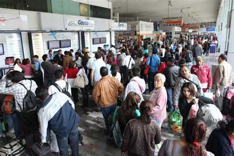 La Jornada: Terminales abarrotadas por el inicio de vacaciones