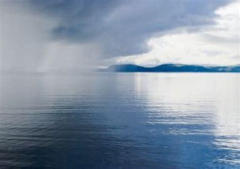 La lluvia de nubes en movimiento sobre el lago | Descargar ...