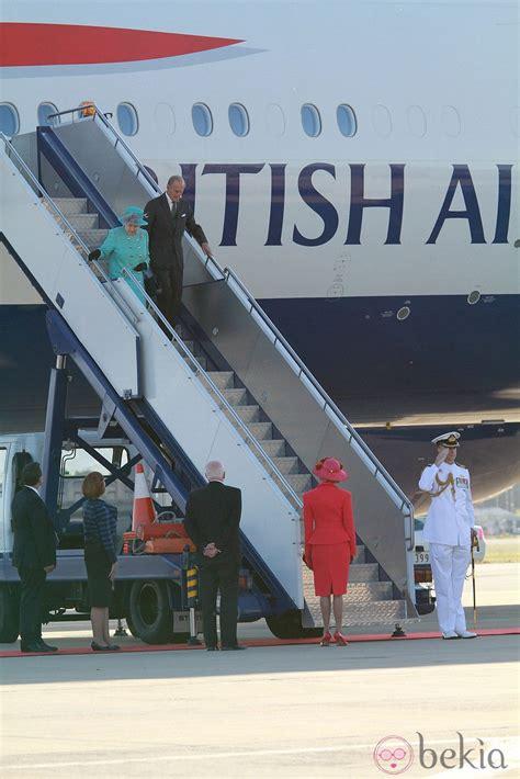 La reina de Inglaterra y el duque de Edimburgo llegando a ...