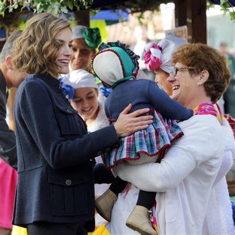 La Reina Letizia, cariñosa con una niña en Colombres   La ...