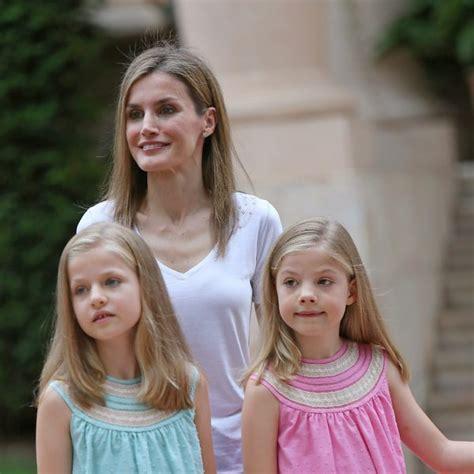 La Reina Letizia con sus hijas en su posado en Marivent ...