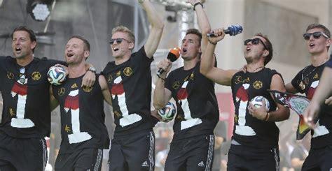 La selección alemana rompe el trofeo del Mundial ...