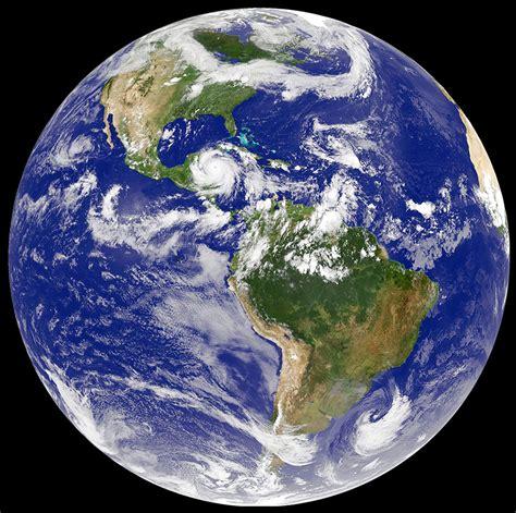 La tierra es más gruesa en el Ecuador - Fabio.com.ar