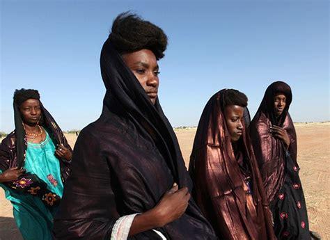 La tribu Wodaabe, paraíso de las mujeres: Ellas dominan a ...