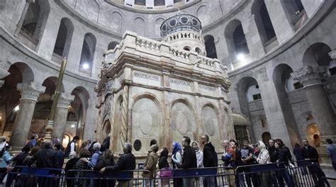 La tumba de Jesucristo restaurada luce en iglesia del ...