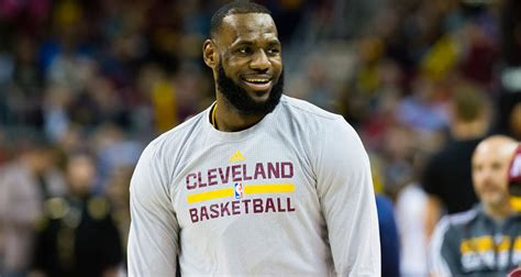LeBron James' Wiki: Age, Dating, Family, Net Worth, Photos ...