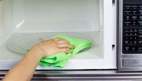 Limpiar el microondas por dentro con bicarbonato y vinagre