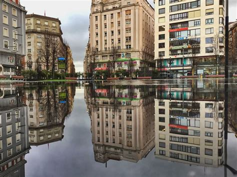 Los días de lluvia la plaza del ayuntamiento cobra otra ...
