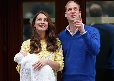 Los Duques de Cambridge abandonan el hospital con su hija