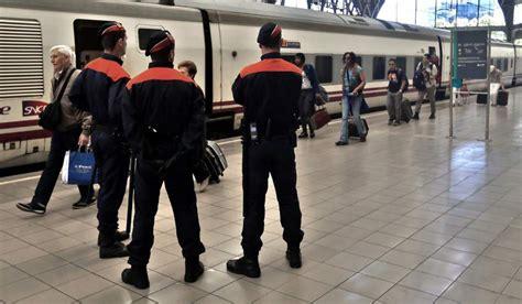 Los mossos d esquadra patrullan en autobús por culpa de la ...
