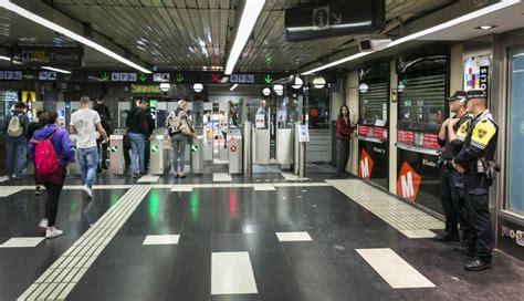 Los Mossos y la Urbana echan a los manteros del metro ...