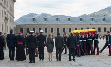 Los Reyes despiden a Carlos de Borbón en El Escorial ...