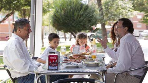 Mariano Rajoy come con Albiol y su familia en Badalona