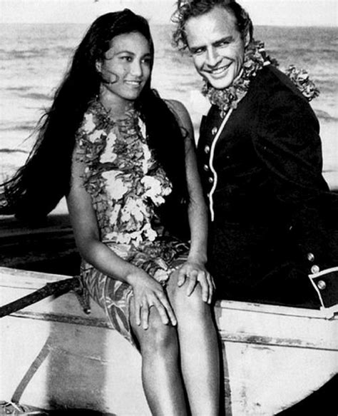 Marlon Brando e Tarita Teriipaia sul set del film Gli ...