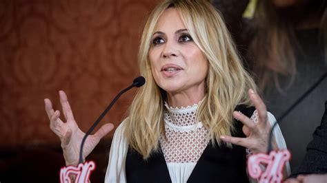 Marta Sánchez incrédula y emocionada tras mostrar su himno ...