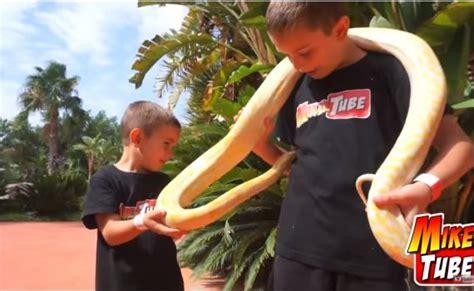 Mikel Tube y Leo pasan sus vacaciones en Magic Robin Hood ...