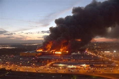 Miles de personas son evacuadas por un incendio en un ...