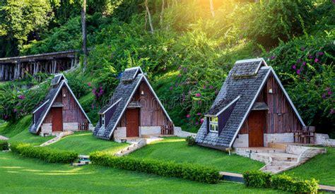 Mini Casa De Madera Hermosa En La Selva Tailandia Foto de ...