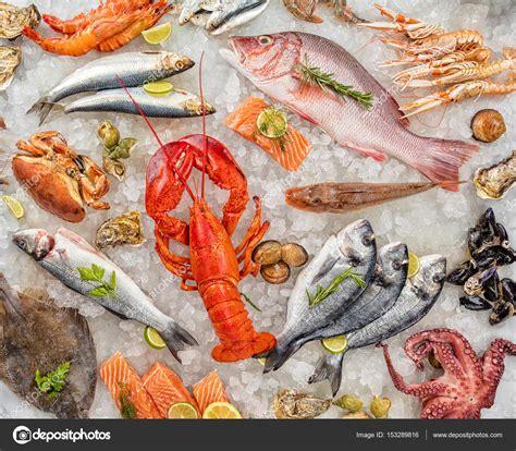 Muchos tipos de pescados y mariscos, servidos sobre hielo ...