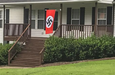 Mujer confronta a su vecino por usar bandera nazi (VIDEO ...