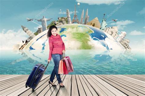 Mujer en ropa de invierno, viajando por el mundo — Fotos ...