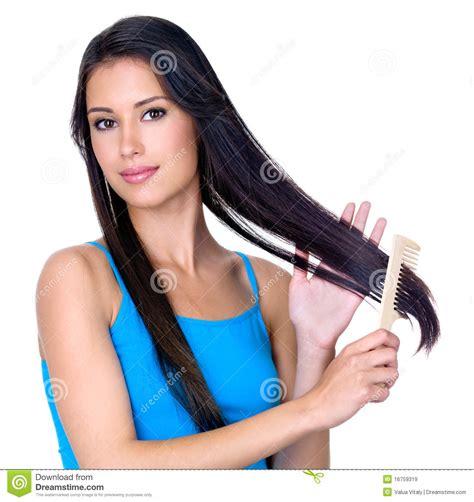 Mujer triguena que peina el pelo largo