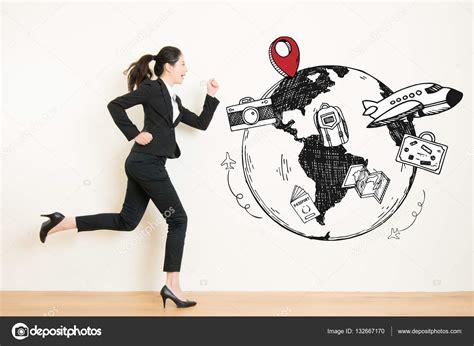 mulher sonhando corre para viajar a fuga do trabalho ...