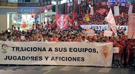 Murcia se echa a la calle en busca del milagro de salvarse ...