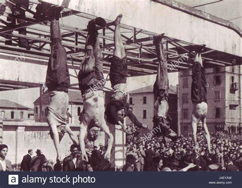 Mussolini e Petacci a Piazzale Loreto 1945 Stock Photo ...