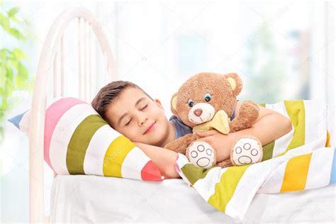 Niño durmiendo con un osito de peluche — Foto de stock ...