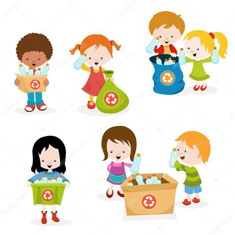 Niños recogiendo botellas para reciclar — Archivo Imágenes ...