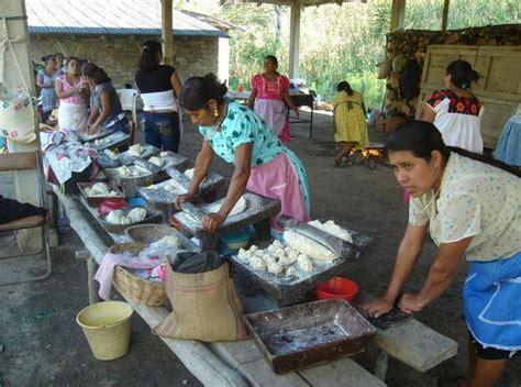 Oaxaca, mujeres amasando masa para tortillas de maiz en ...