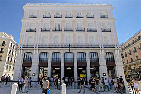 Ole! Apple opens new store in Madrid to massive crowds ...