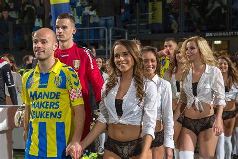 #OLÉ: Jugadores del futbol holandés salieron al campo ...