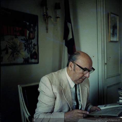 Pablo Neruda, embajador de Chile en Francia en su oficina ...