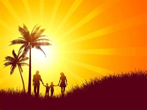 Paisaje de verano con la silueta de una familia caminando ...