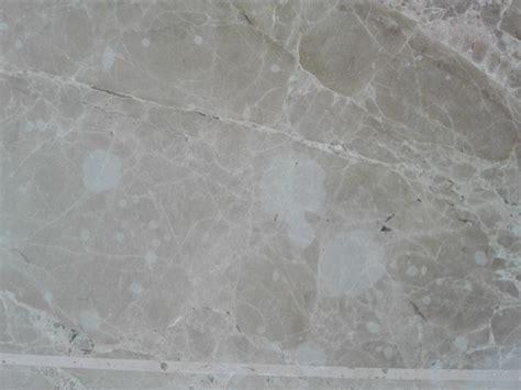 Para pulir un suelo de mármol en el que se derramó ...