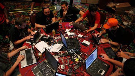 Para RAE, un  hacker  ya no es sólo un vulgar pirata ...