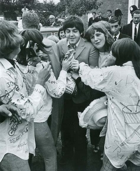 Paul and fans | Lennon   McCartney | Beatles, Musica y Bandas
