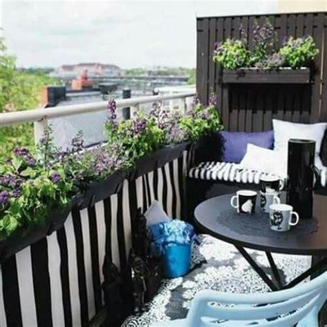 Pequeñas jardineras colgantes y una sencilla mesa es todo ...