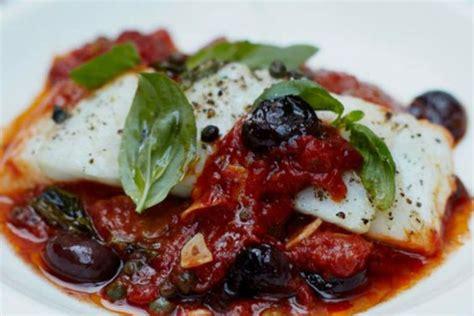 Pescado blanco con aceitunas y salsa de tomate - Cocina y Vino