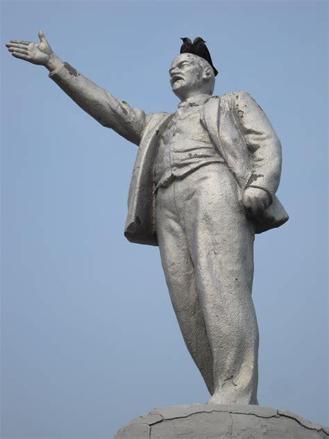 Pics For > Lenin Statue