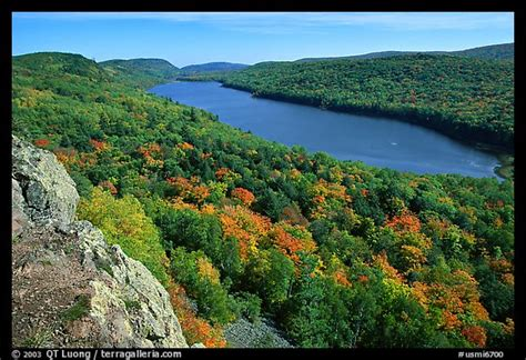 Picture/Photo: Lake of the Clouds with early fall colors ...